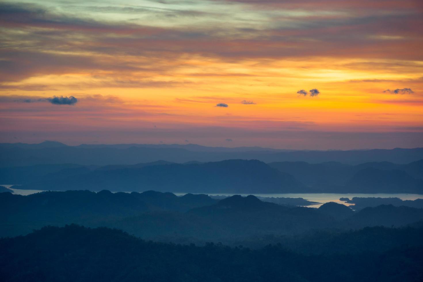 vue du matin sur les montagnes photo