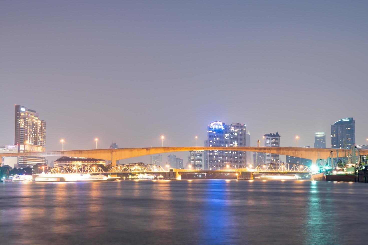 Pont sur la rivière dans la ville de Bangkok photo