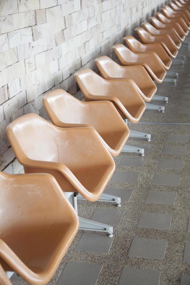 Chaises en plastique marron sur l'espace public photo