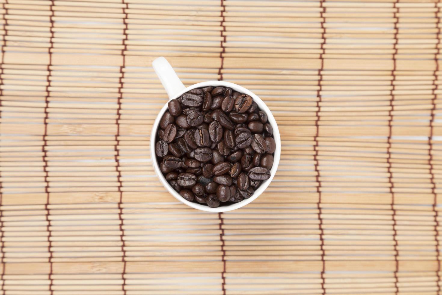 tasse de café en grains sur la table photo
