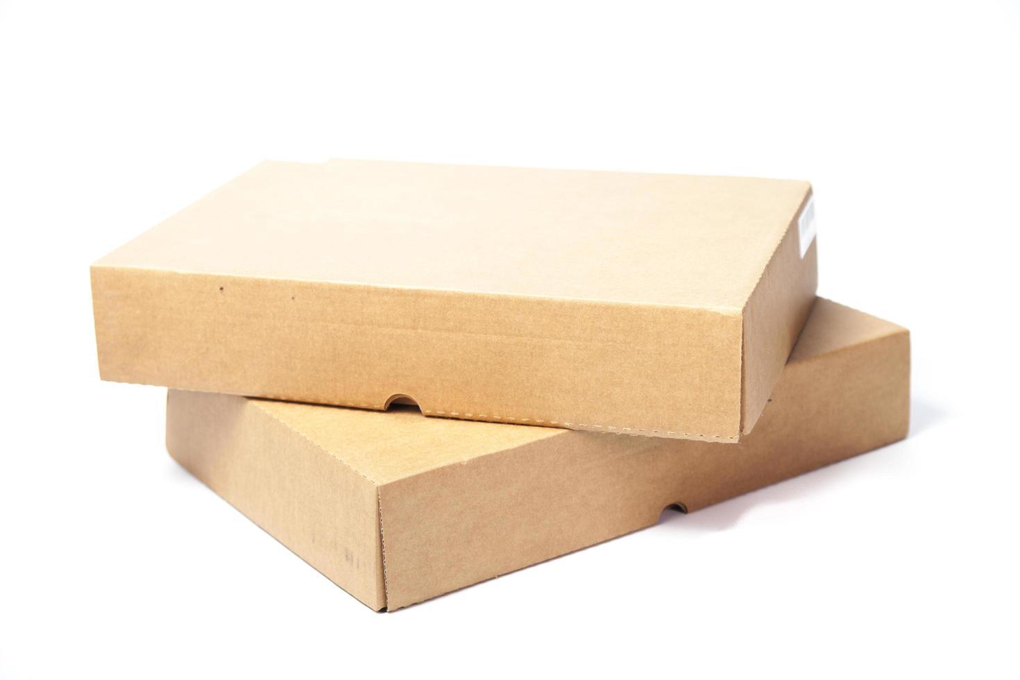 boîtes de papier brun sur fond blanc photo
