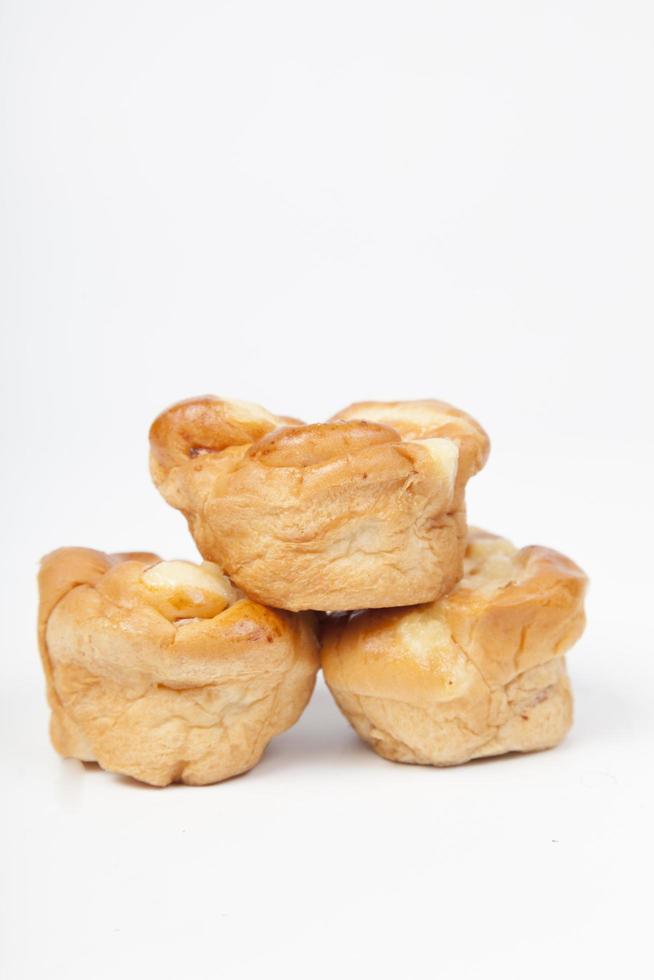 trois morceaux de pain sur fond blanc photo
