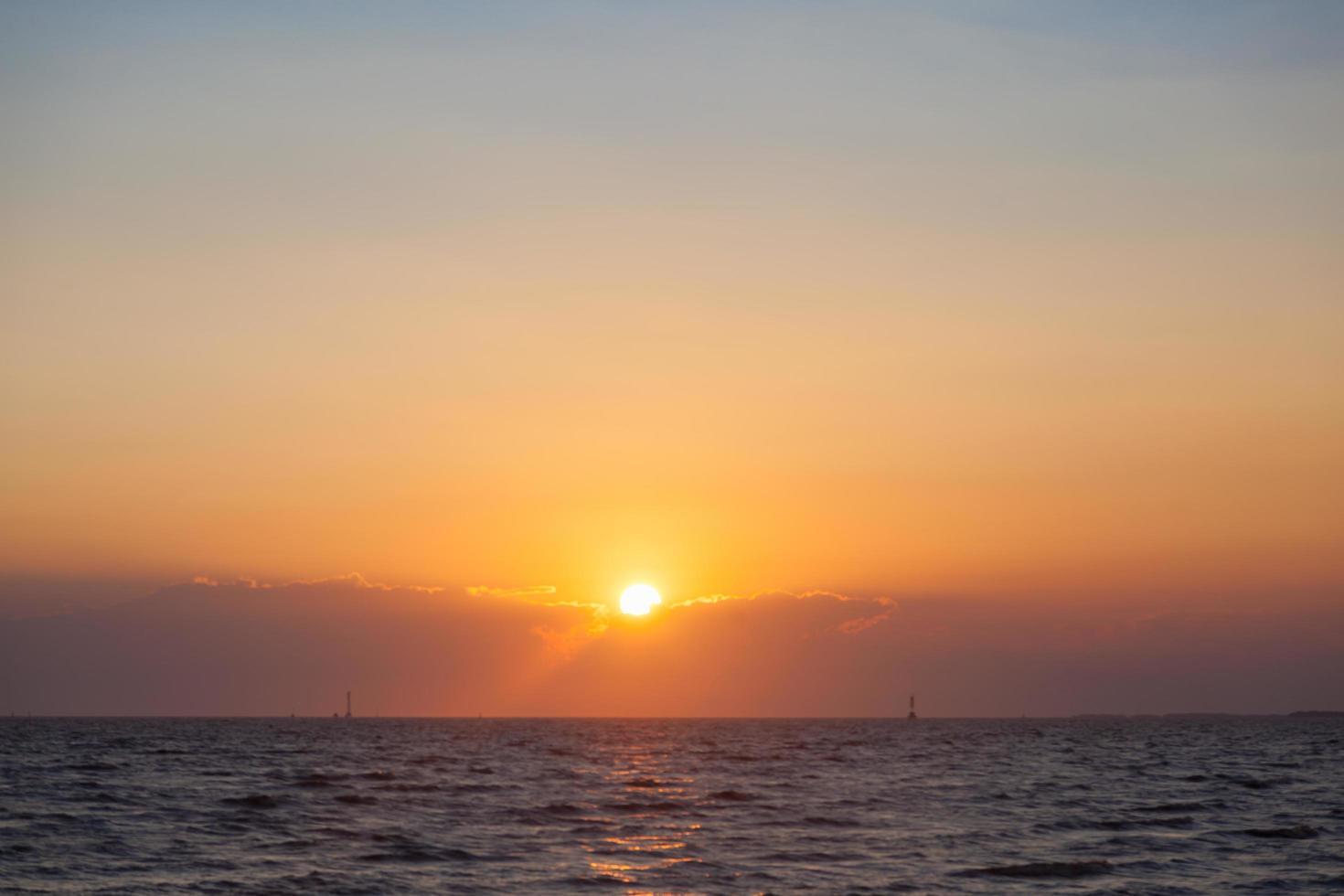 lever du soleil à la mer photo