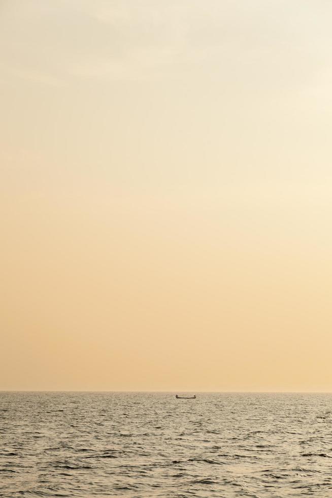 petit bateau de pêche au lever du soleil photo