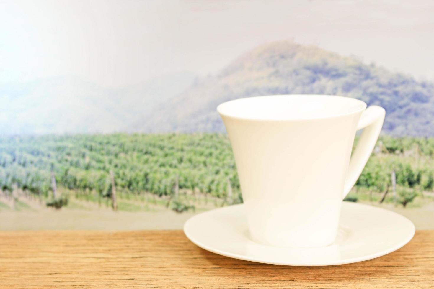 tasse blanche sur table photo