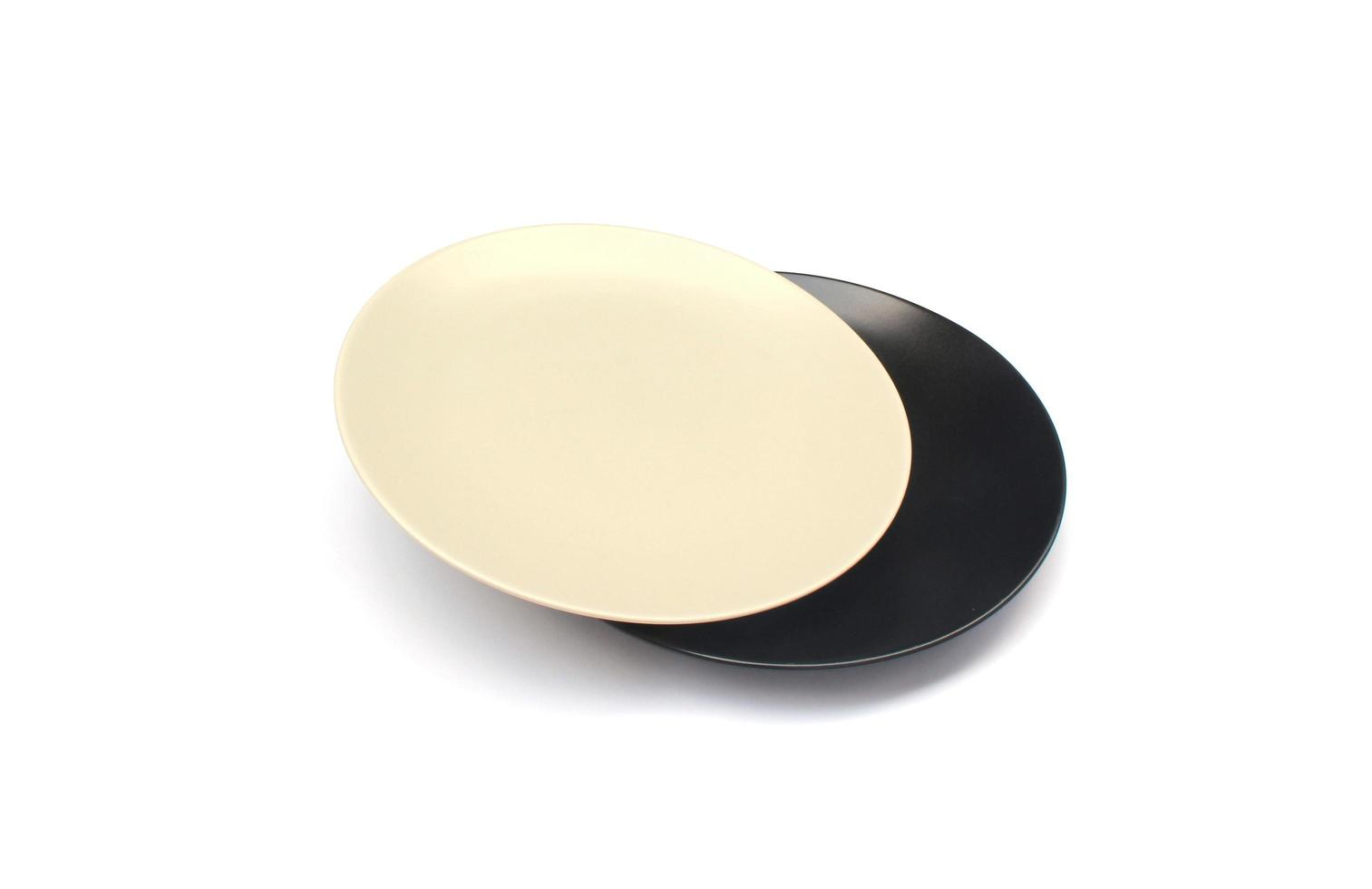 assiettes blanches et noires photo
