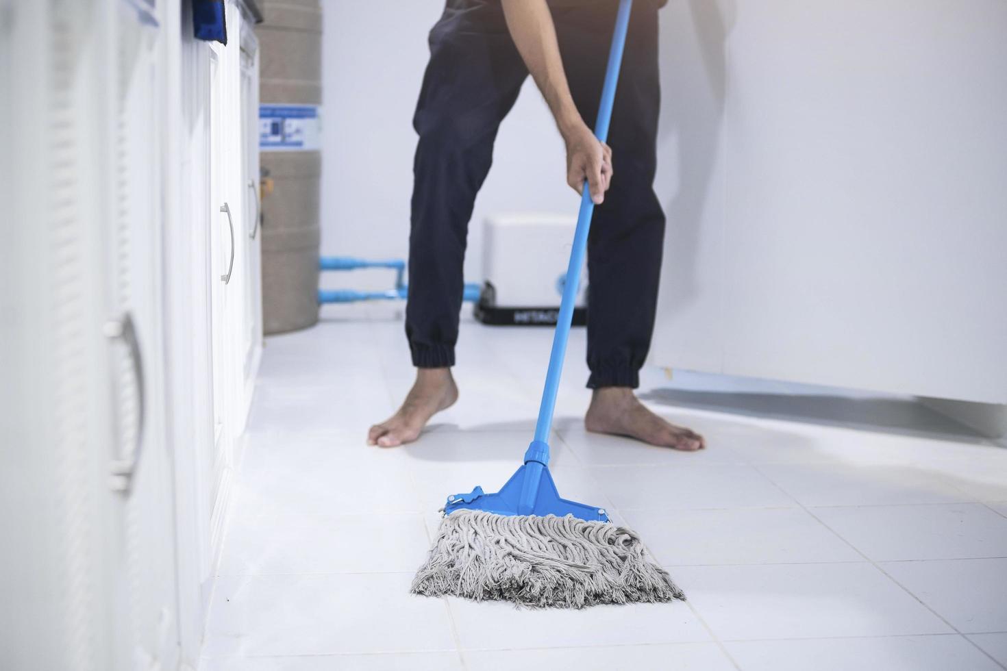 personne nettoyant le sol photo