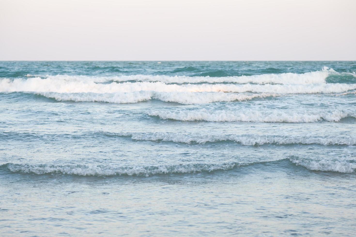 vagues de l'océan se brisant sur la plage photo