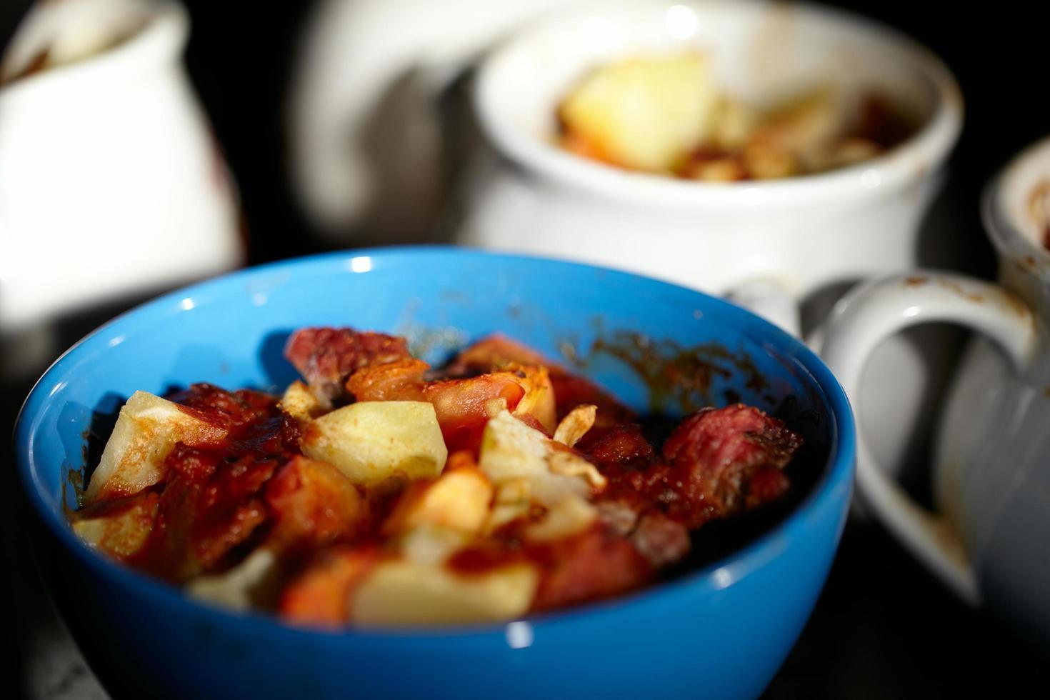 viande de mouton et pommes de terre dans un bol photo