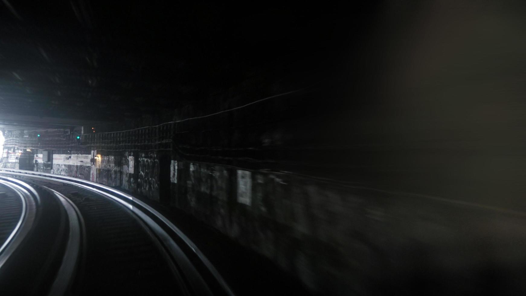 longue exposition d'une rame de métro photo