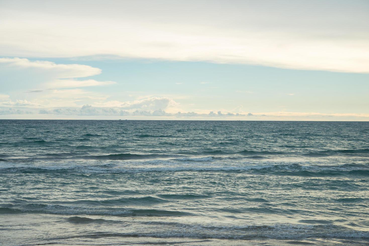 océan bleu avec fond de ciel photo