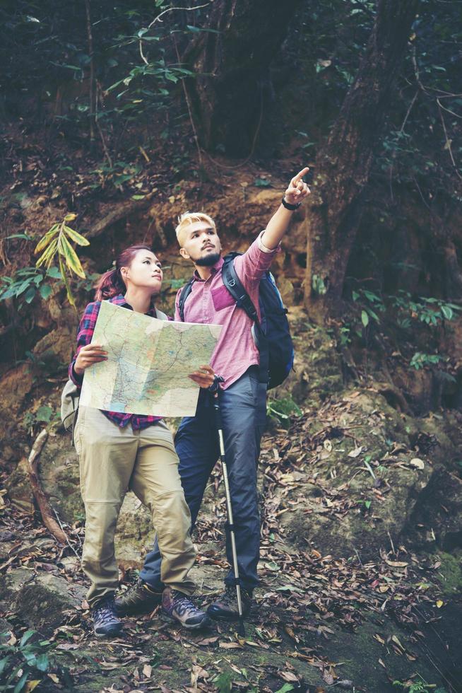 jeune couple de touristes voyageant en vacances en forêt photo