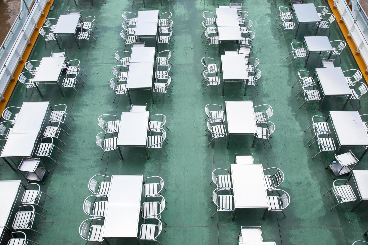tables et chaises sur un bateau en thaïlande photo