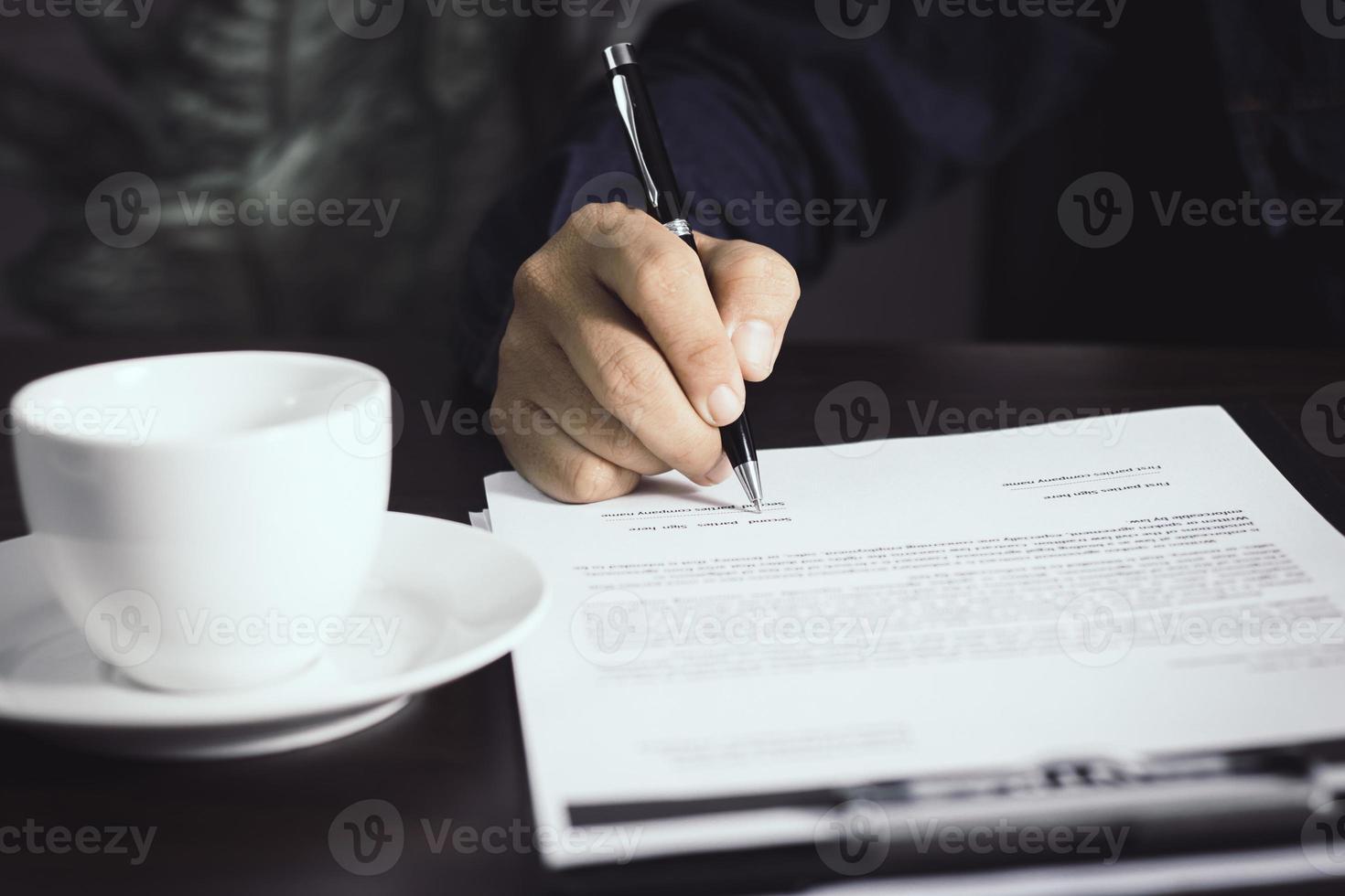 personne qui écrit un contrat photo
