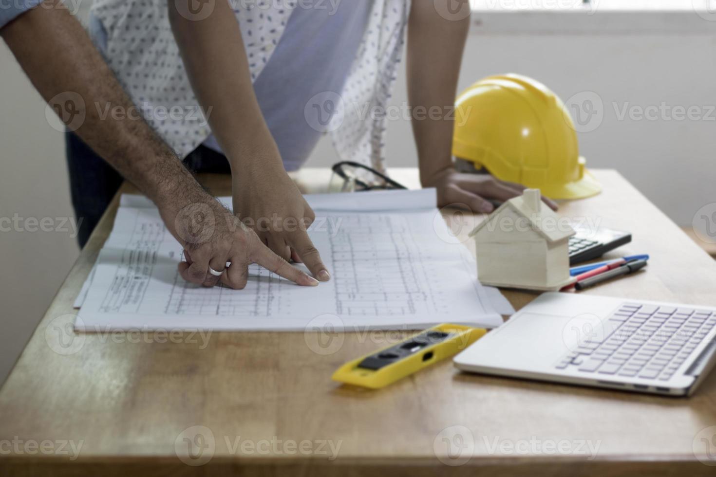 Ingénieurs discutant et planifiant sur la table de travail photo