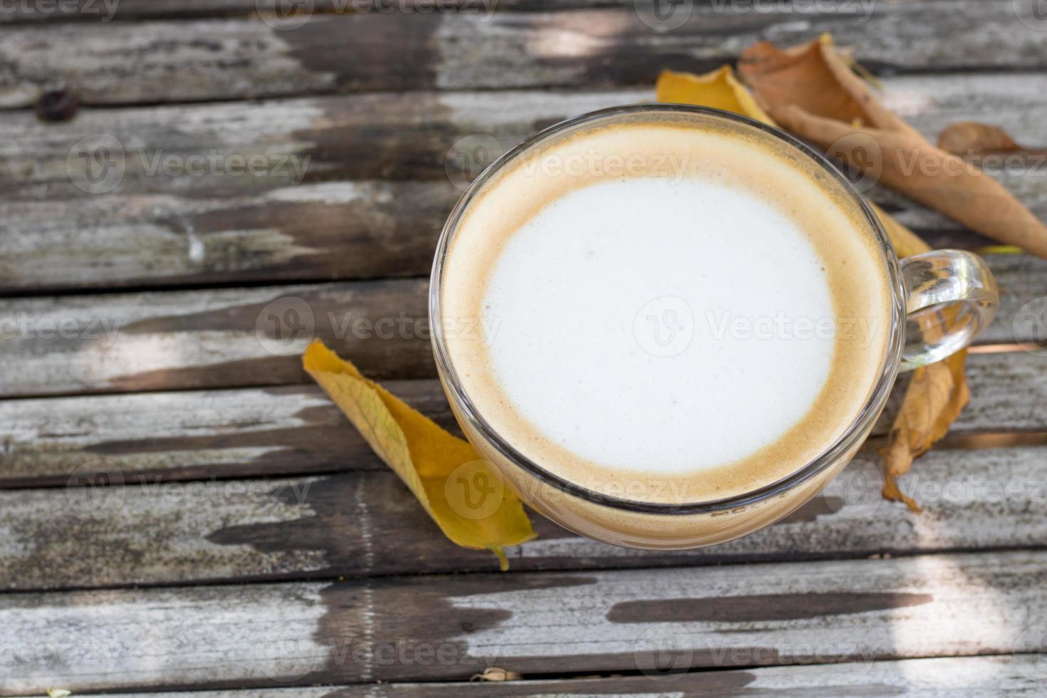 café sur table en bois avec des feuilles d'automne photo