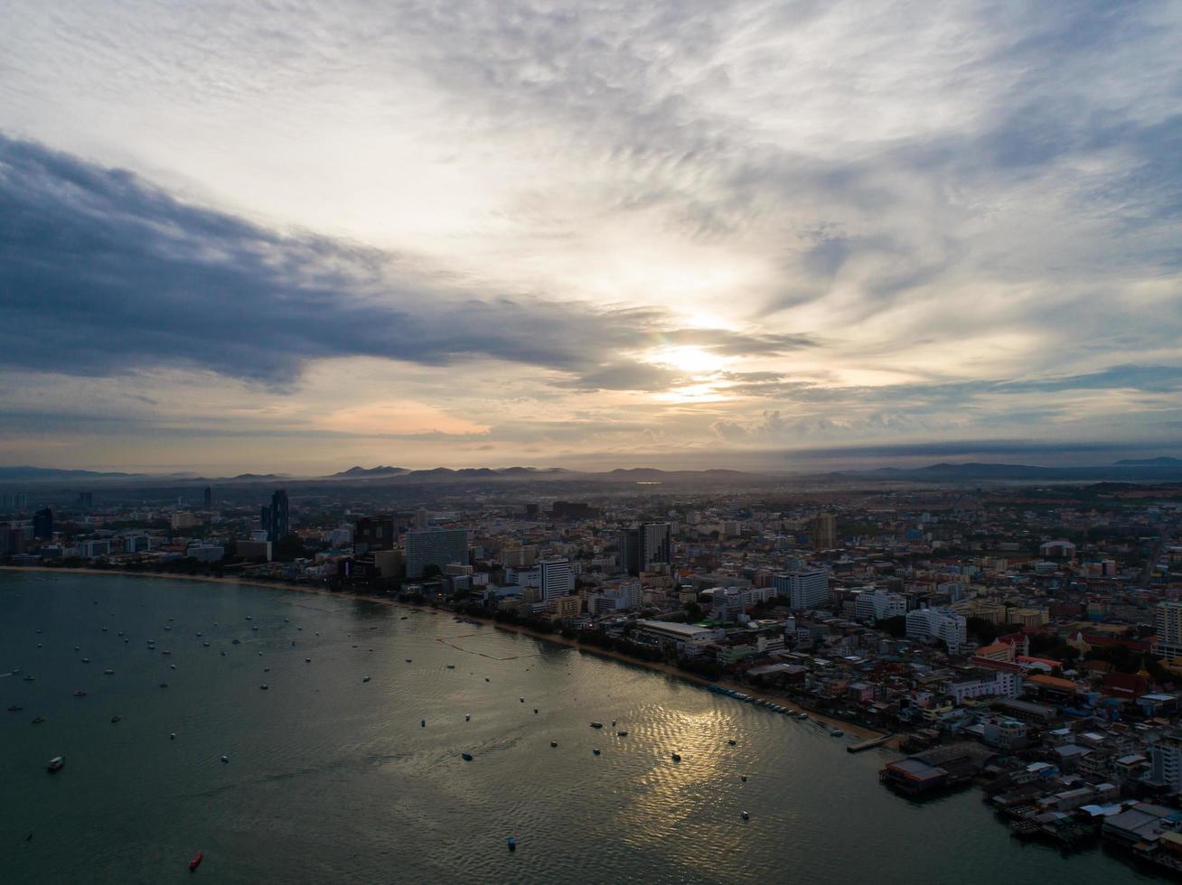 Vue aérienne de la plage de Pattaya alors que le soleil se lève sur l'océan en Thaïlande photo