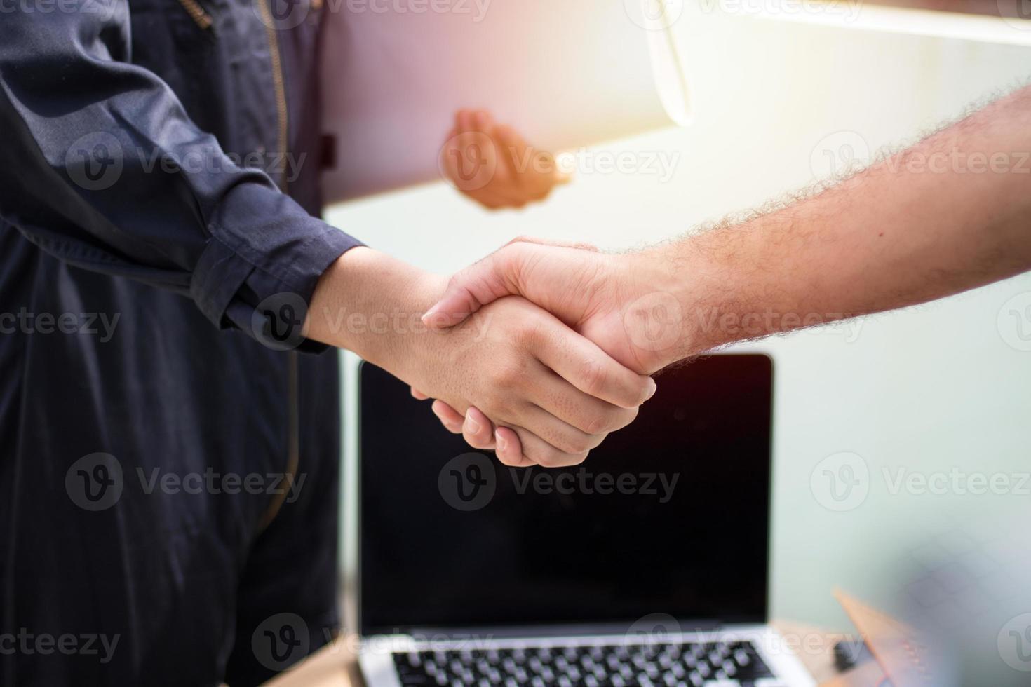 deux personnes se serrant la main photo
