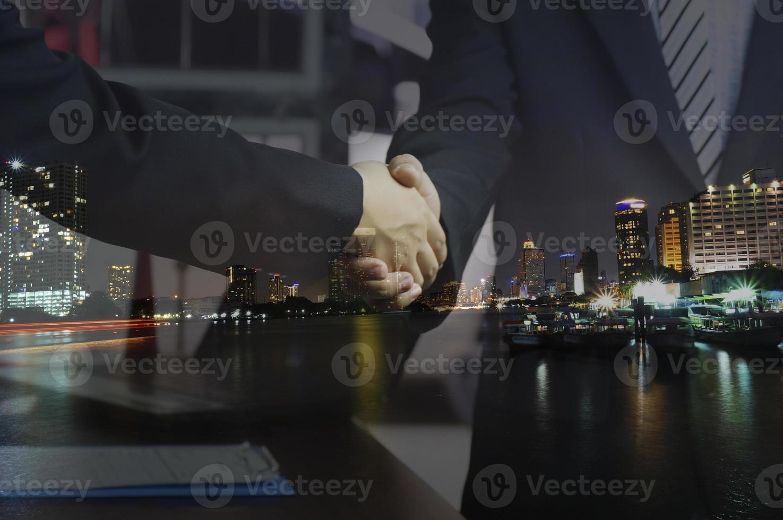 hommes se serrant la main avec fond de ville photo