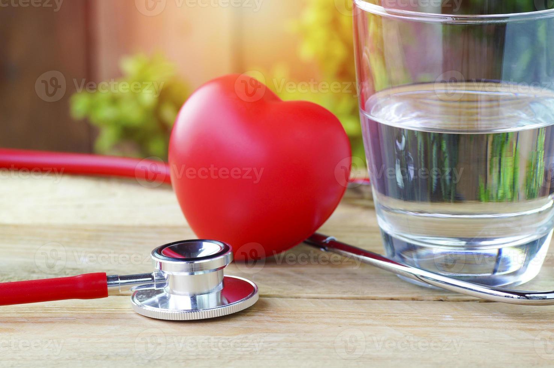 stéthoscope, coeur rouge et eau potable photo