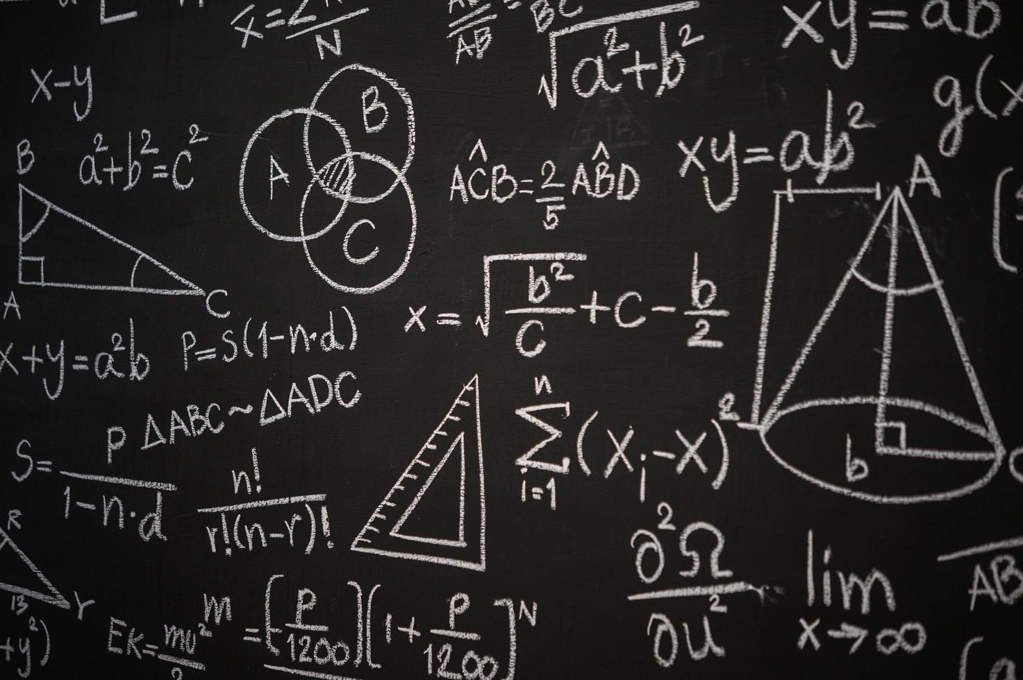 tableau noir inscrit avec des formules scientifiques et des calculs photo