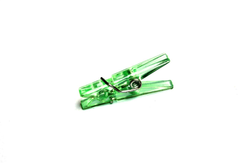 pince à linge verte sur blanc photo