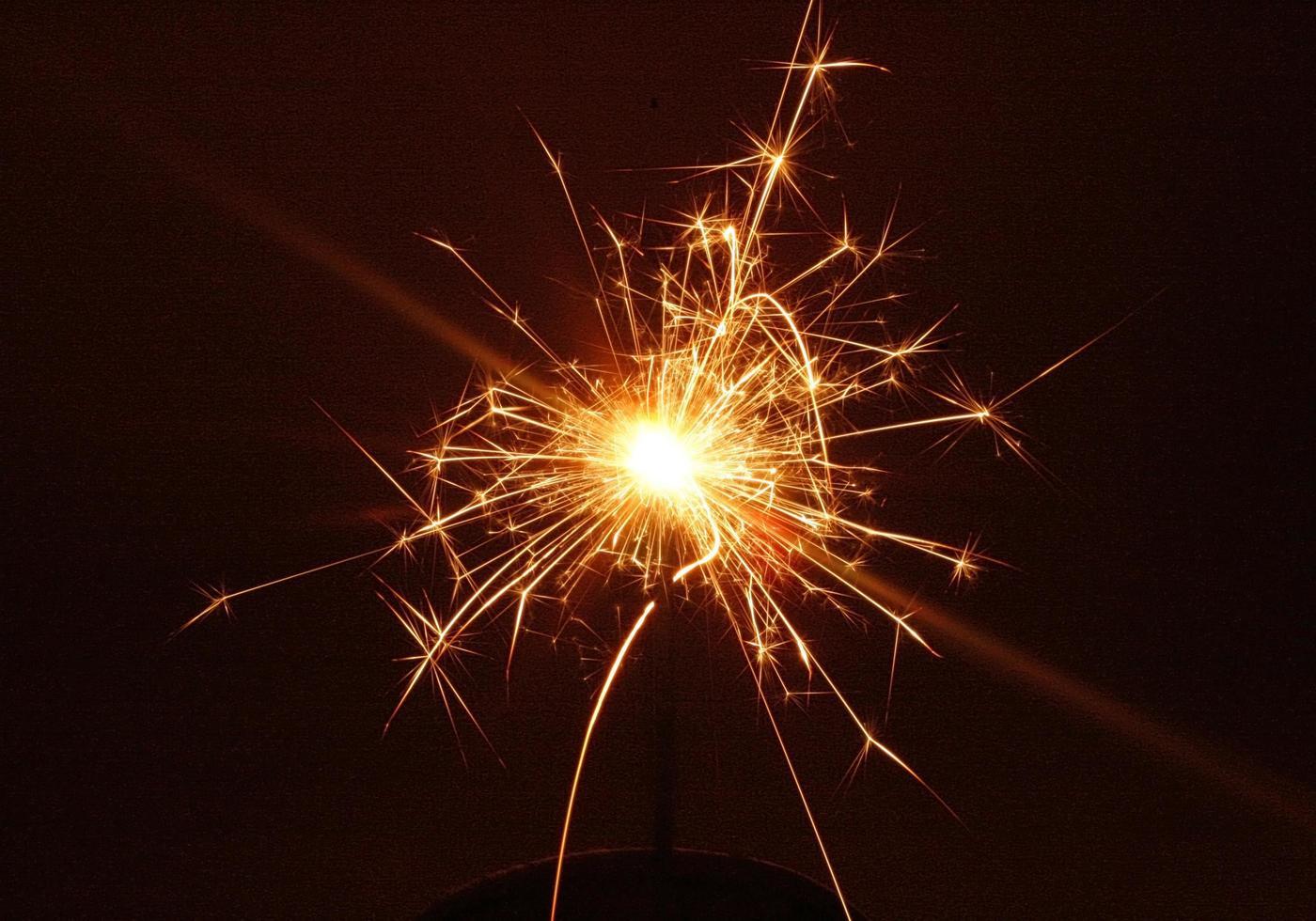 sparkler brillant la nuit photo