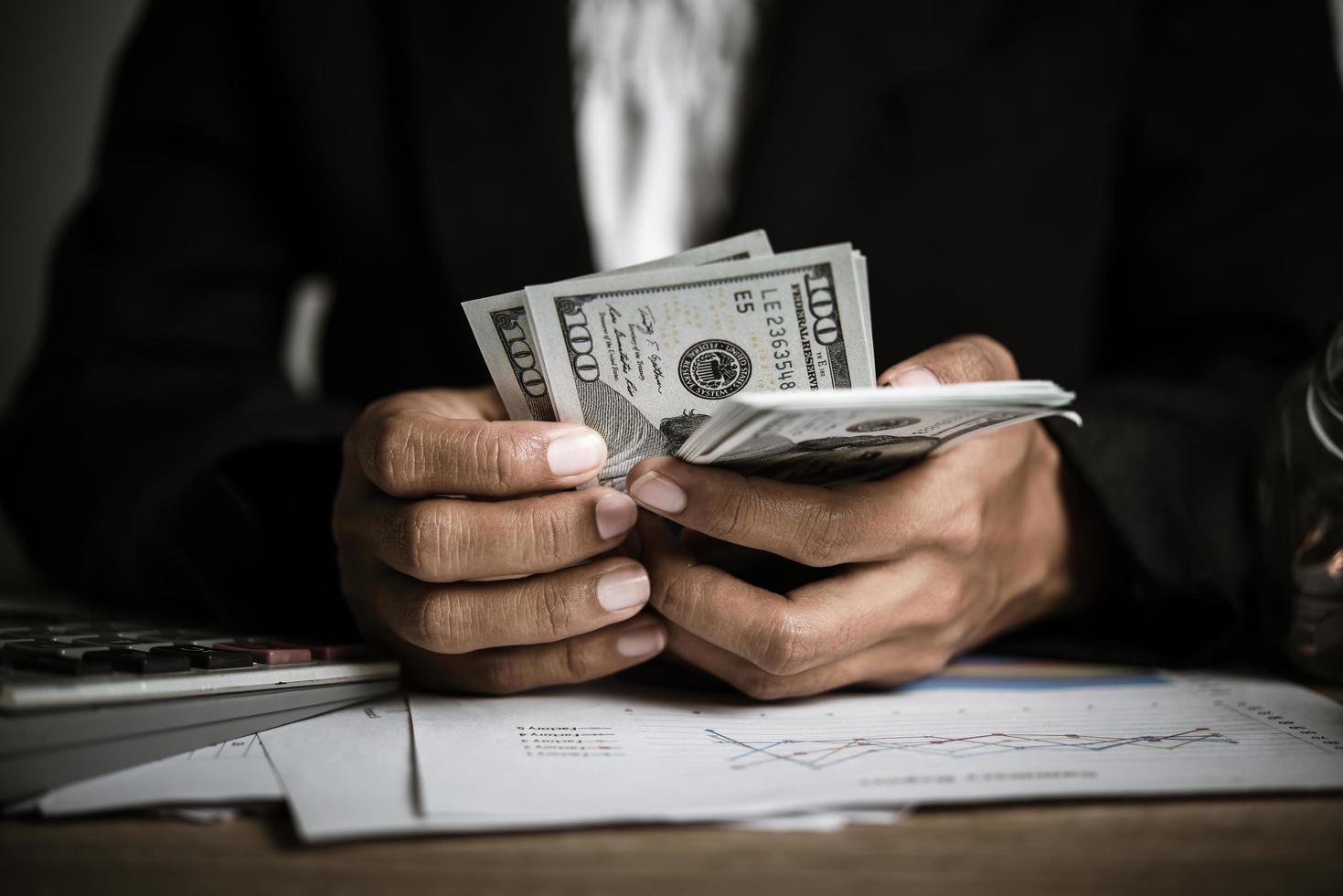 mains de femme d & # 39; affaires détenant de l & # 39; argent photo