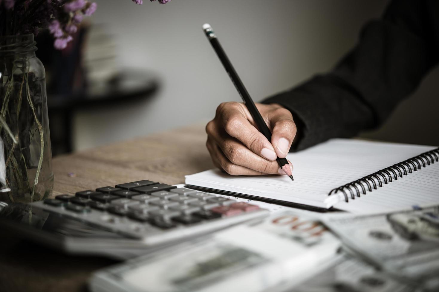 homme d'affaires calcule la croissance financière et l'investissement photo