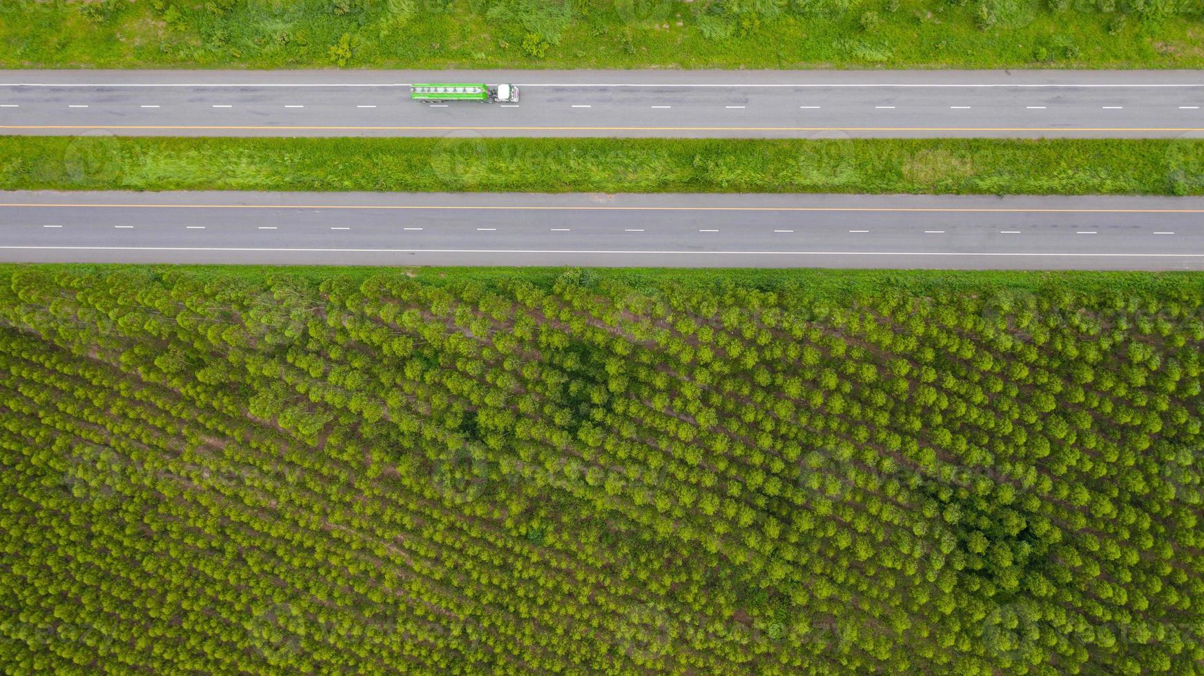 semitruck sur une route photo