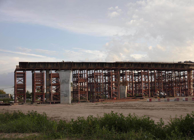 construction d'un pont en béton à travers une intersection pour résoudre les problèmes de circulation photo