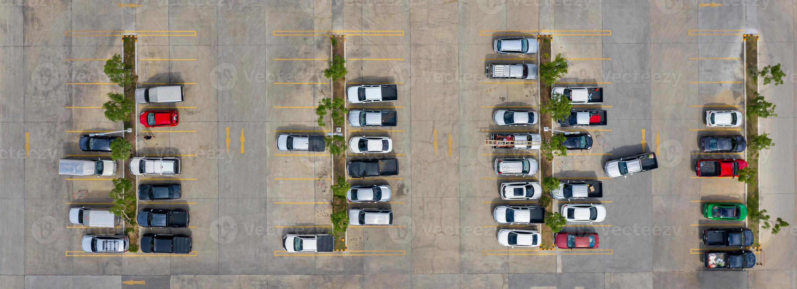 groupe de voitures dans un parking photo