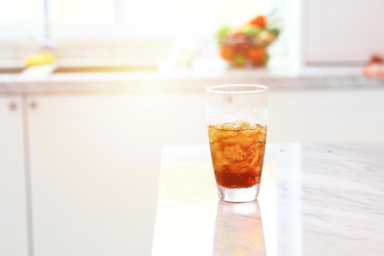 Tasse de cola froid sur une table pour se rafraîchir photo