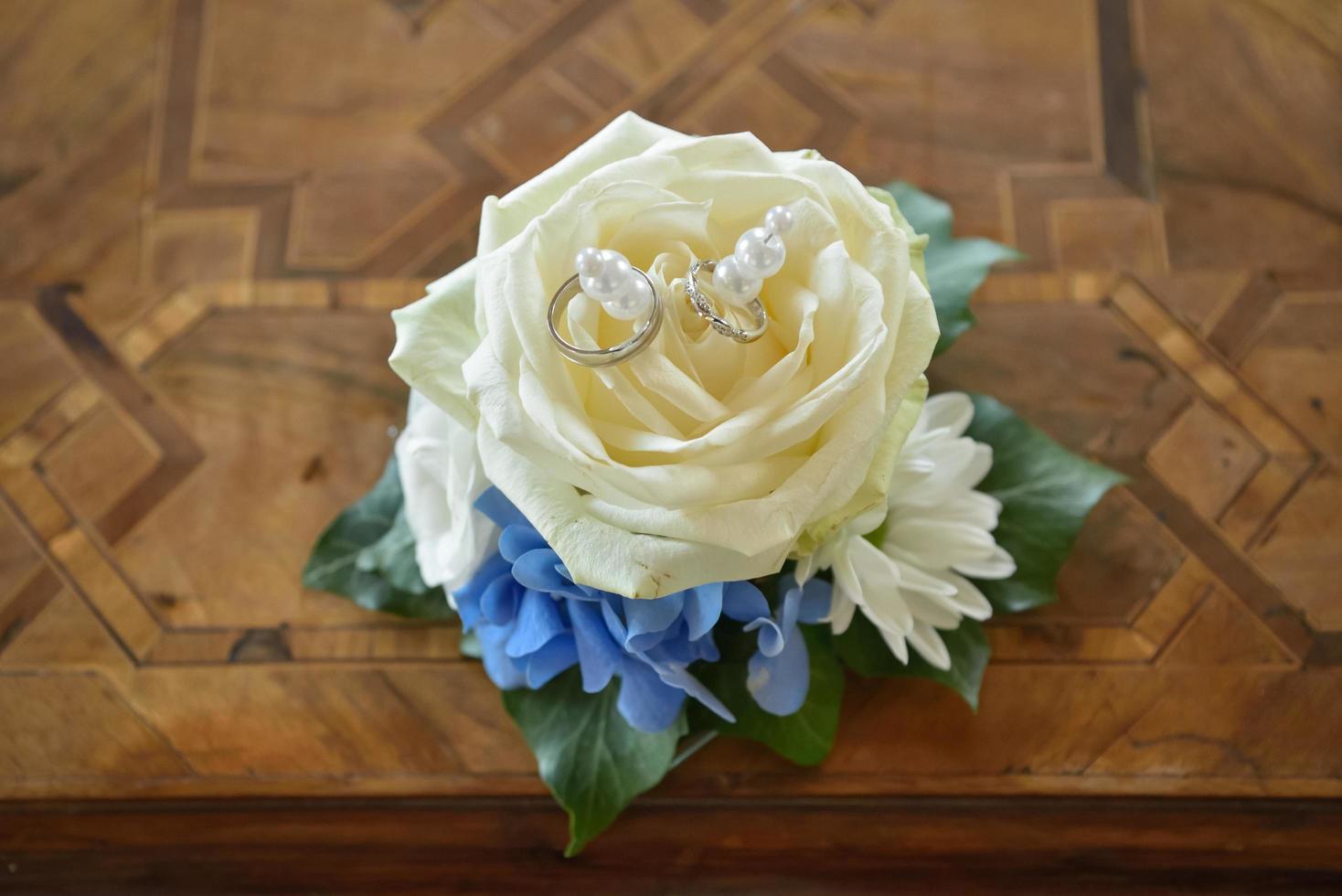 anneaux de mariage sur rose blanche photo