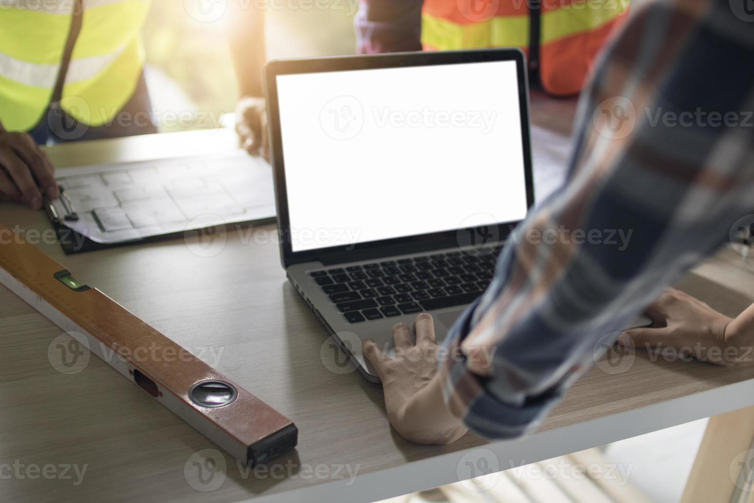 ingénieur, planification sur un ordinateur avec écran blanc photo