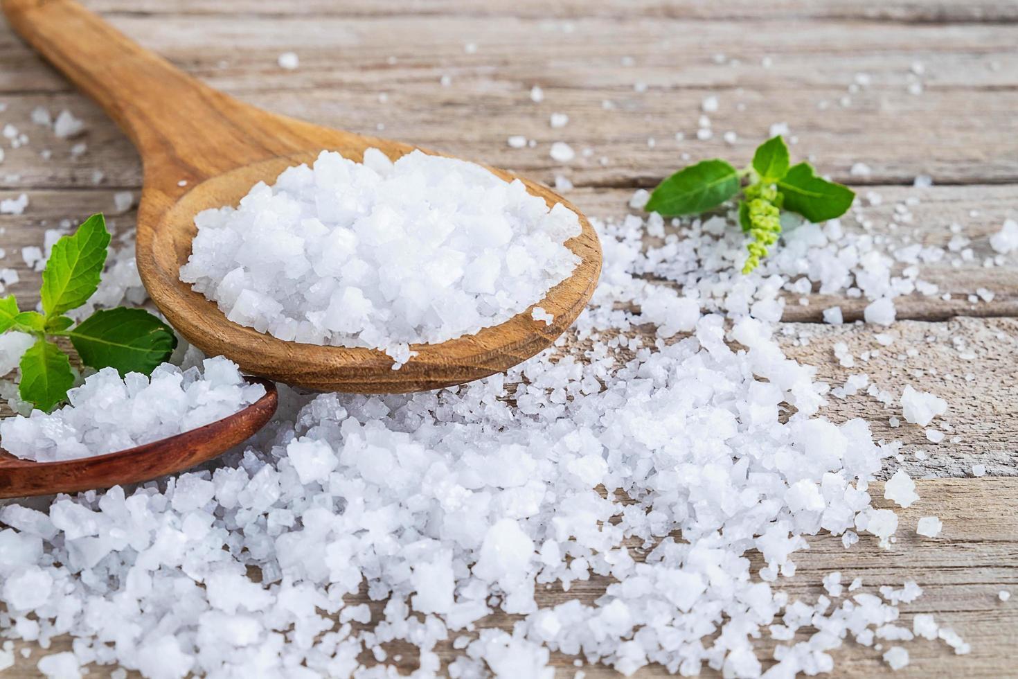 sel de mer sur une cuillère photo