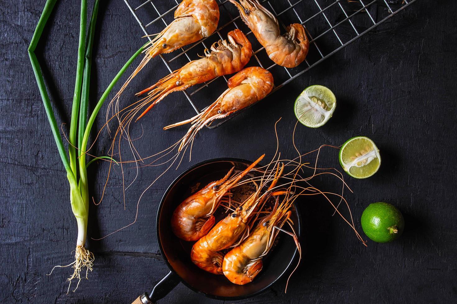 crevettes cuites sur fond sombre photo