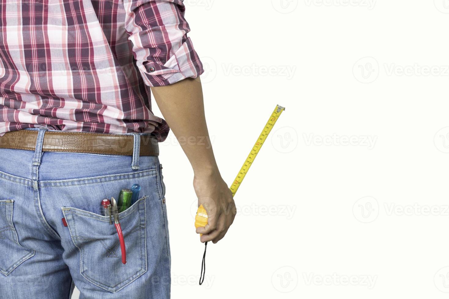 homme pratique avec ruban à mesurer sur fond blanc photo