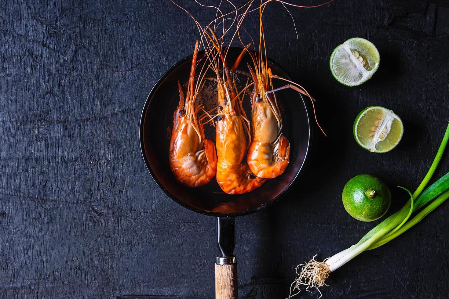 crevettes dans une casserole photo
