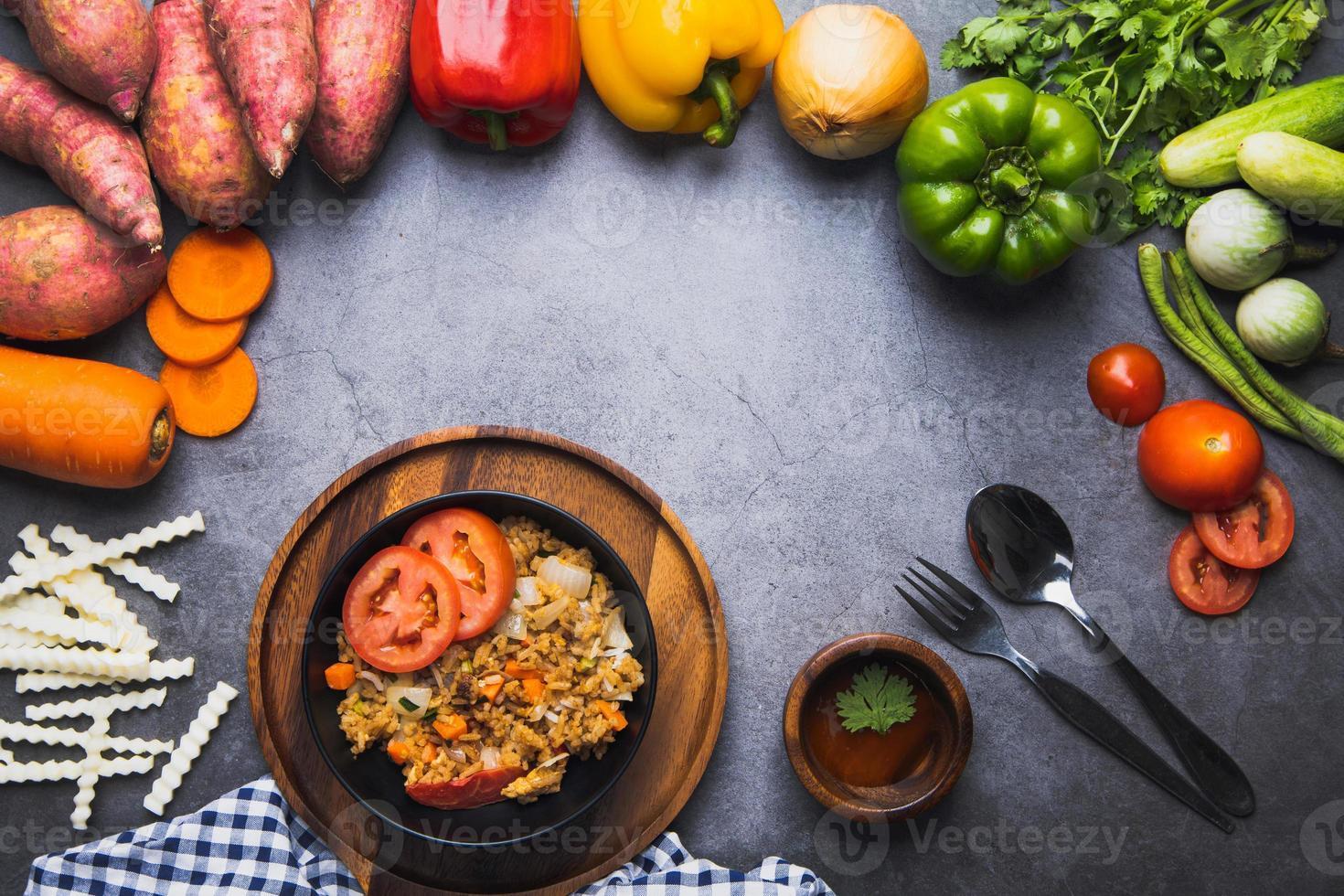 plat de riz frit aux légumes photo