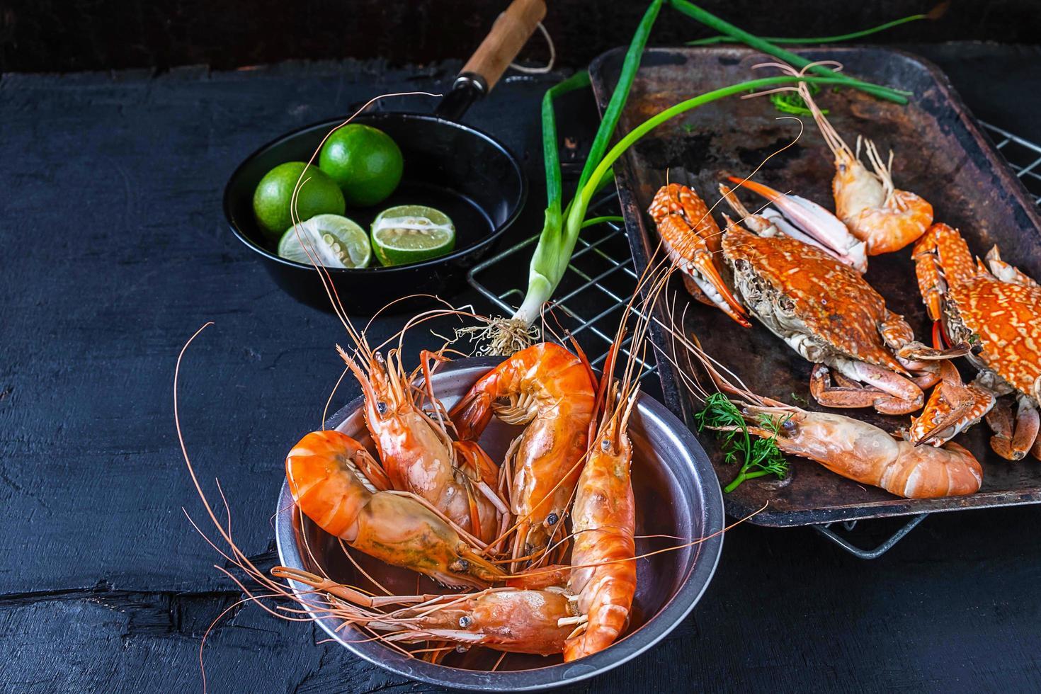 fruits de mer sur fond sombre photo