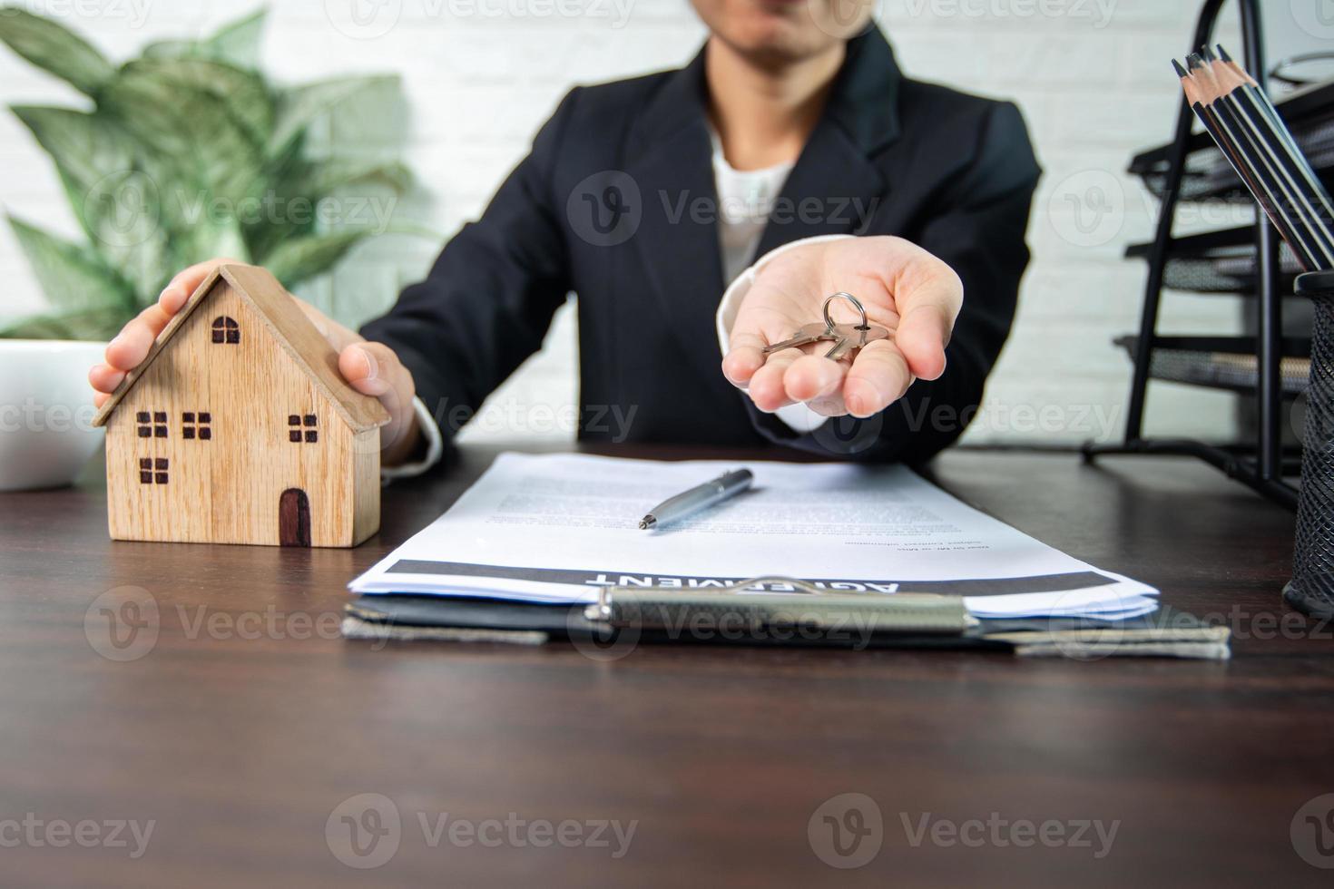 personne tenant la main avec des clés photo
