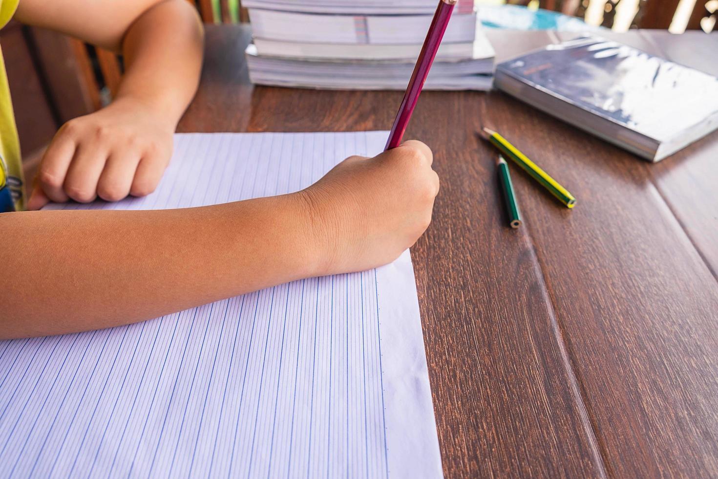 jeune étudiant à faire ses devoirs photo