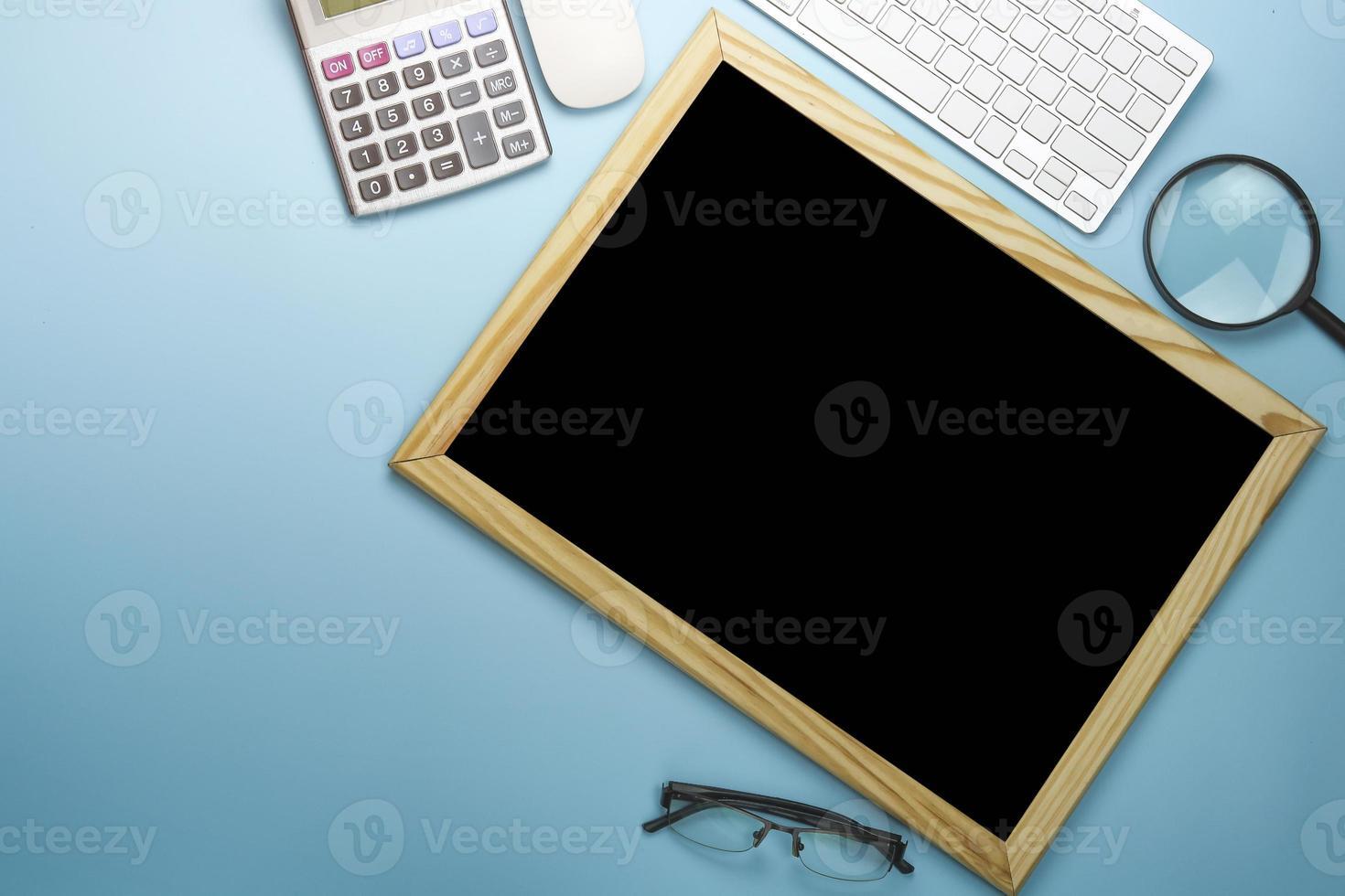tableau blanc sur le dessus du bureau photo
