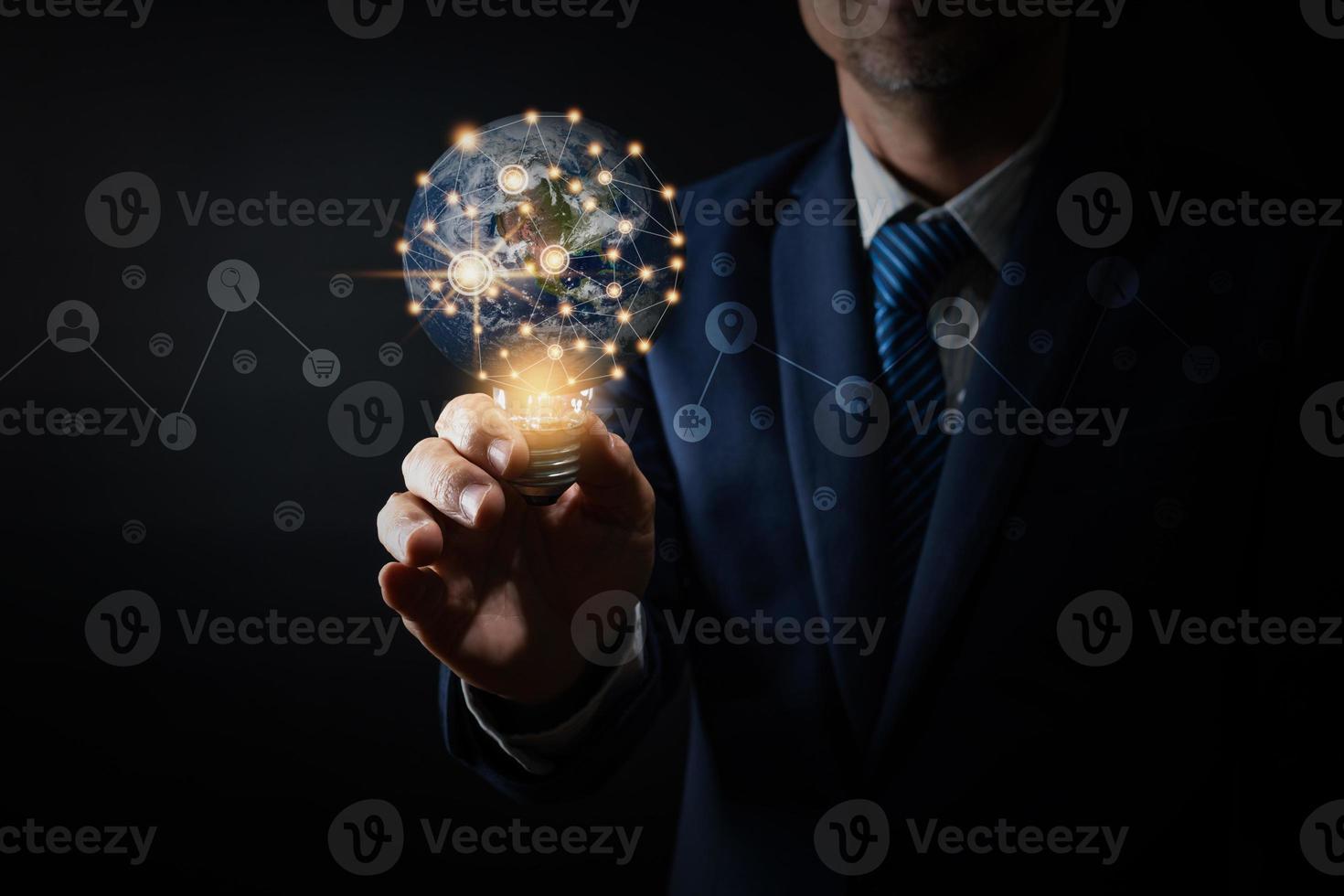 leader professionnel tenant une ampoule d'éclairage photo
