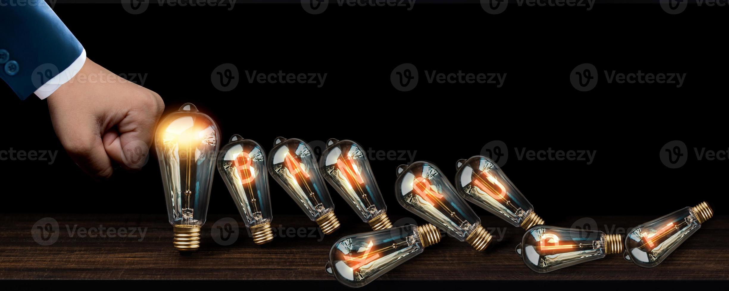 ampoules tombant comme des dominos photo