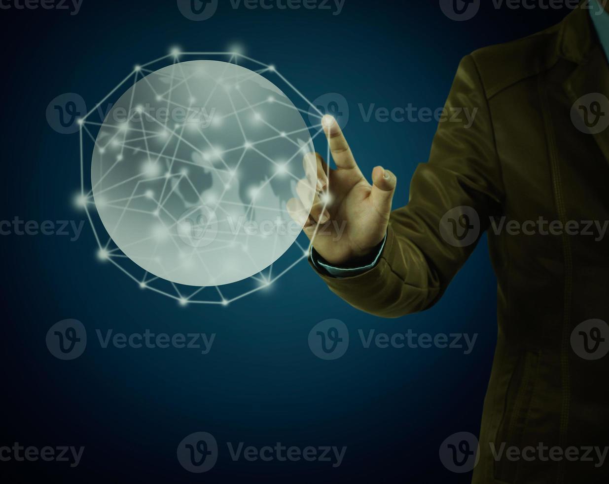 homme d & # 39; affaires pointant sur le globe sur fond bleu photo