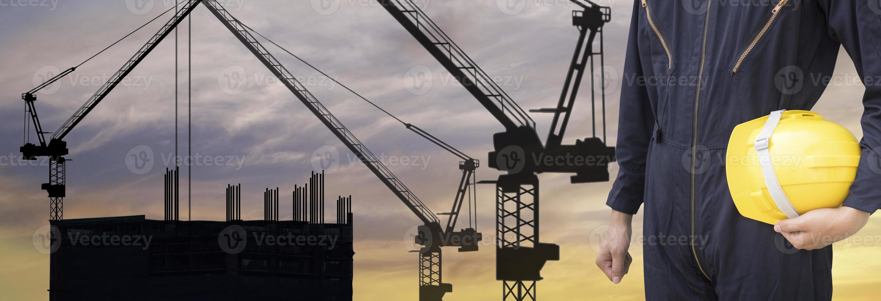 silhouette de grue et ouvrier du bâtiment photo