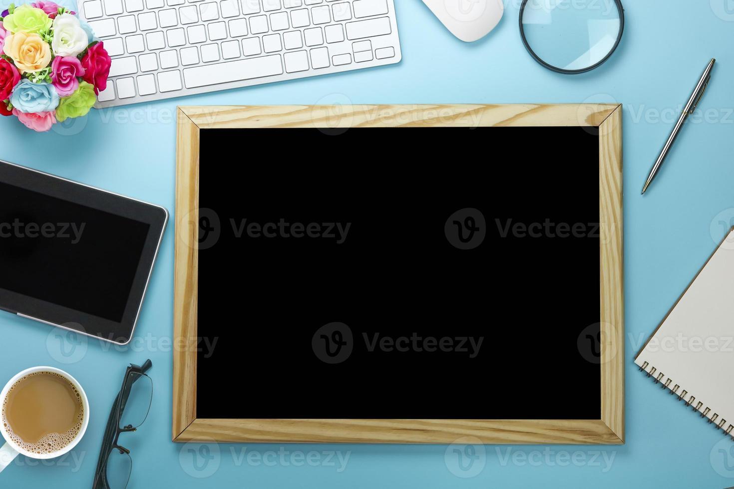 tableau noir sur bureau bleu photo