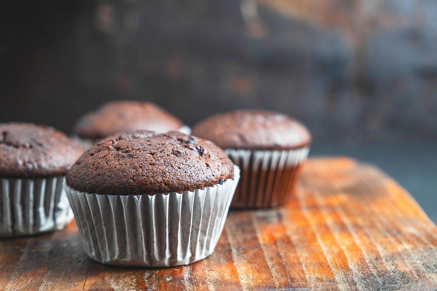Petits gâteaux au chocolat sur fond de bois photo